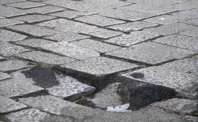 Via Lungarini, basola pericolosa *SEGNALAZIONE